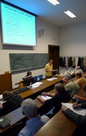 Předseda ČMS Ing. J. Landa přednáší zprávu očinnosti