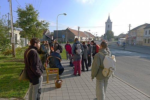 sraz na exkurzi na Děvín na ranním autobusu - foto: Martin Kříž