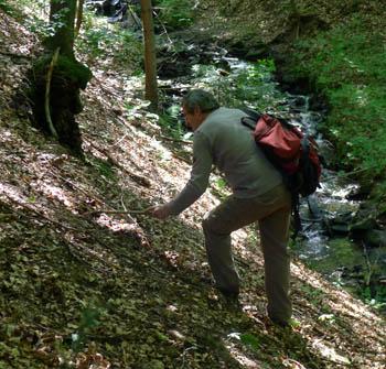 Stano Gleidura při hledání podzemních druhů hub
