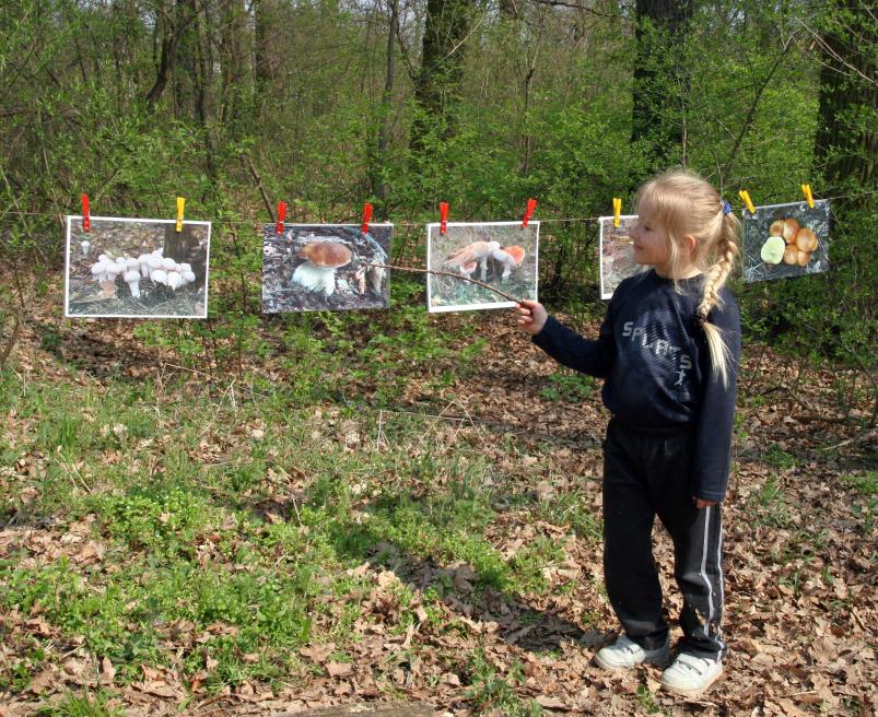 Veronika při demonstraci hub pro příchozí návštěvníky