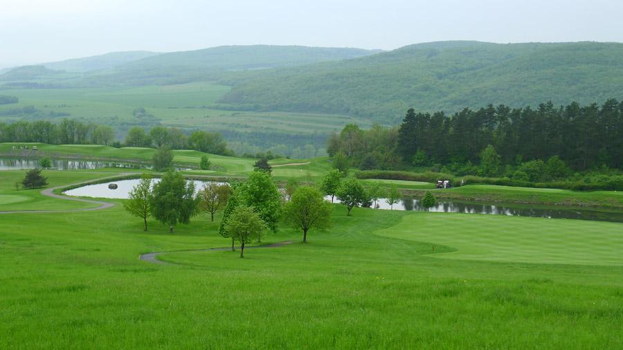 karlštejnská jarní příroda pohledem zmístního golfového areálu