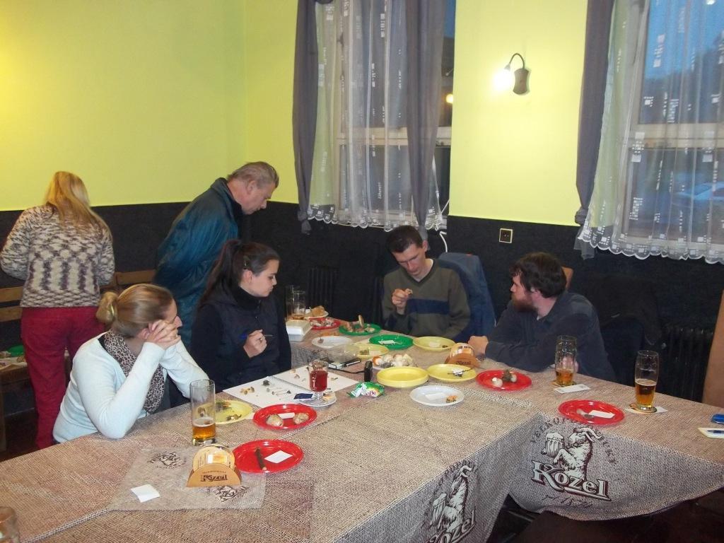 určování zajímavých nálezů (pitný režim dodržen) - foto: Lubomír Opat