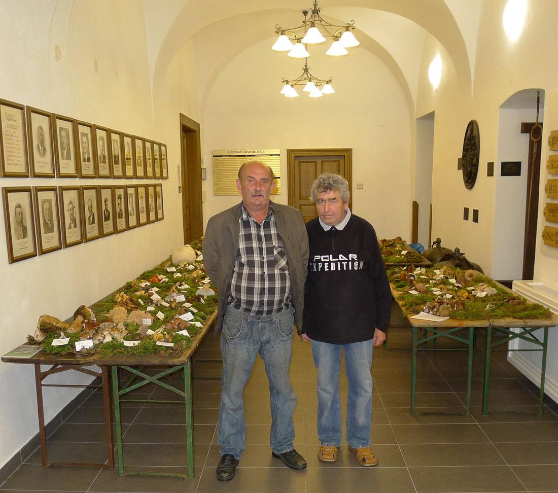 z instalace výstavy, vlevo V. Červený, předseda MK, vpravo M. Staněk