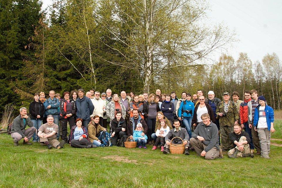 Společné foto účastníků jarního semináře při exkurzi vokolí Vernéřovic - foto: Martin Růžek