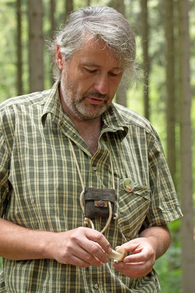 Libor Tmej při určování hub vterénu