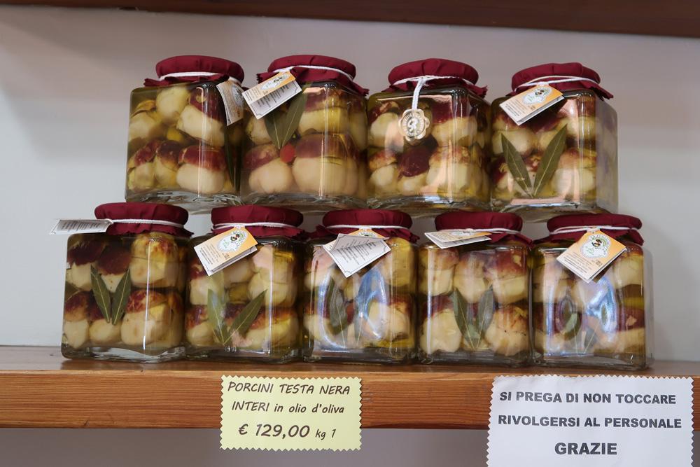 hřib borový, olivový olej, vinný ocet, sůl, aromaty - obsah acena za sklenici jsou patrné, Itálie - foto: Markéta Vlčková