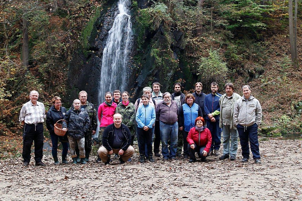 Skupinové foto uromantického vodopádu vTerčině údolí - foto: Radim Dvořák