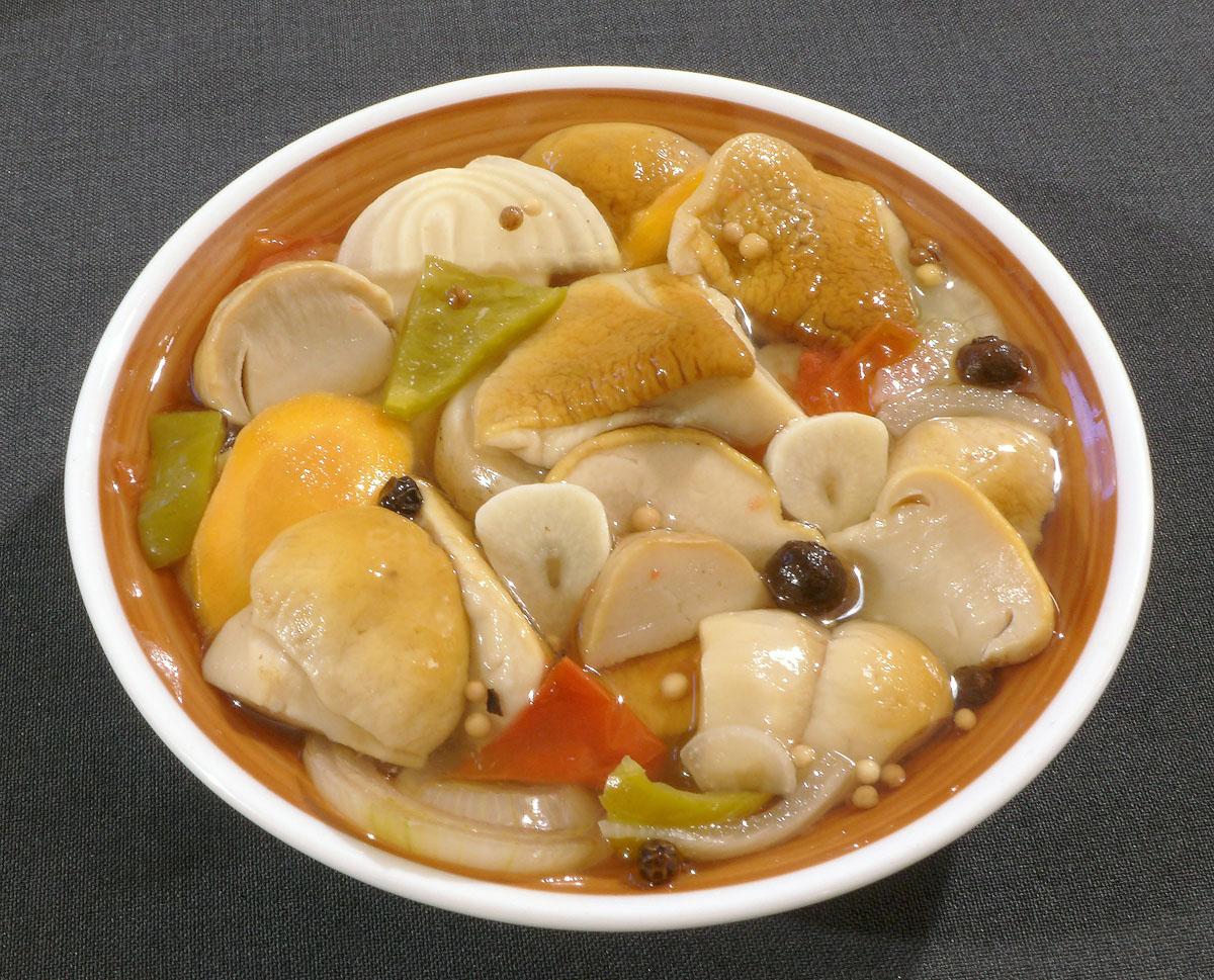 svěží sladko-kyselo-kořeněný salát zprvních hříbků - foto: Aleš Vít